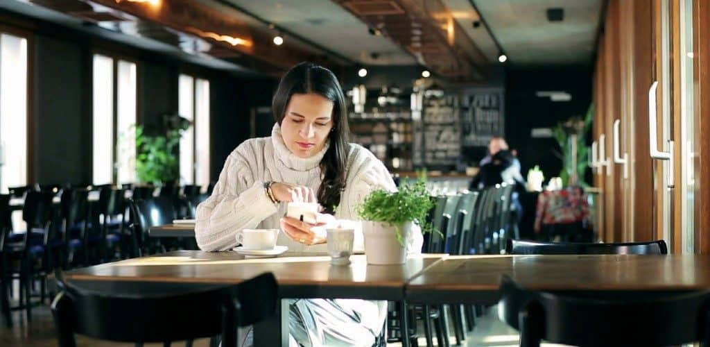 using-smartphone-in-the-restaurant